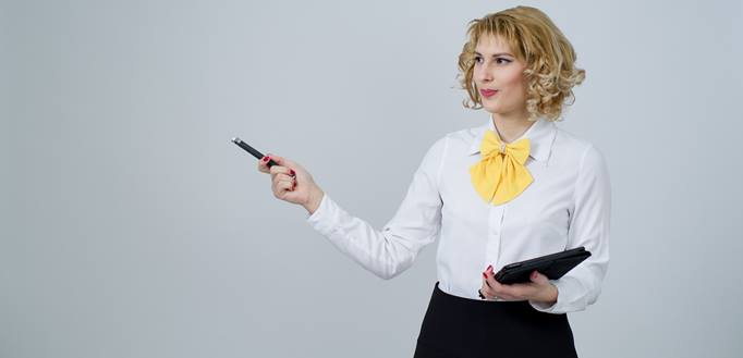žena drži prezentaciju