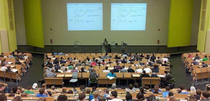 Ljudi prisustvuju predavanju