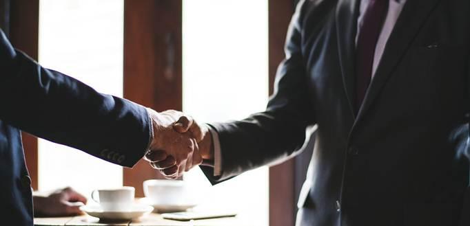 Poslovni partneri se rukuju