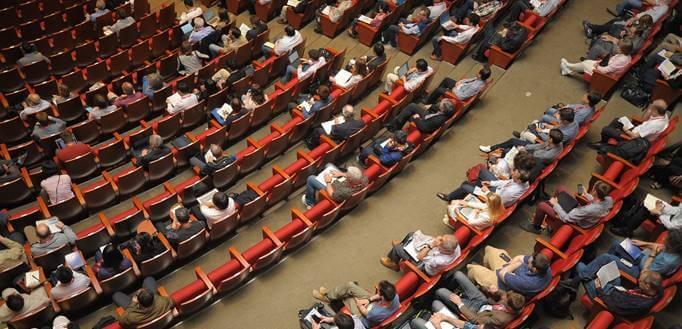 Ljudi sede u amfiteatru