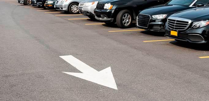 automobili na parkingu