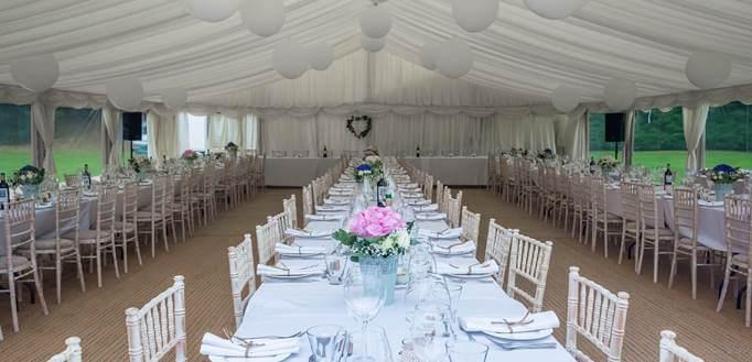 Sala za venčanje sa belim dekorom