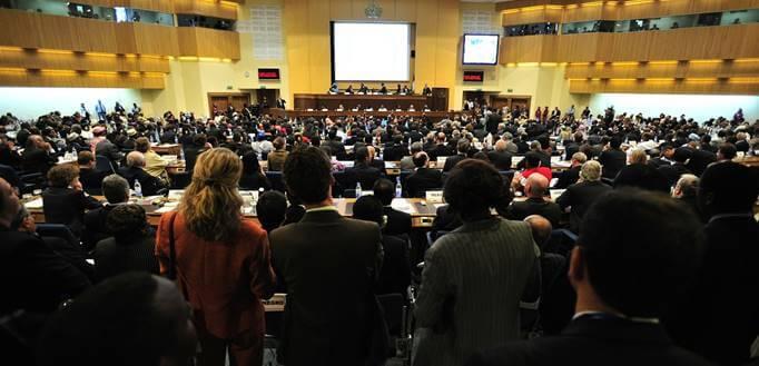 Ljudi sede u konferencijskoj sali