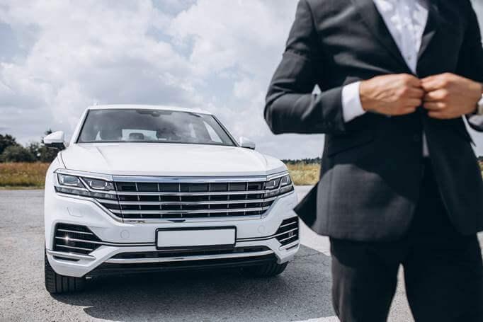 biznismen pored automobila