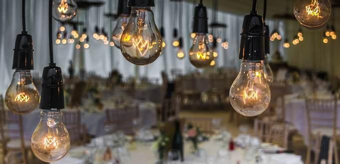Sijalice iznad stola u sali za venčanje