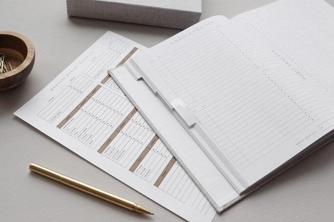 Notes i olovka na stolu