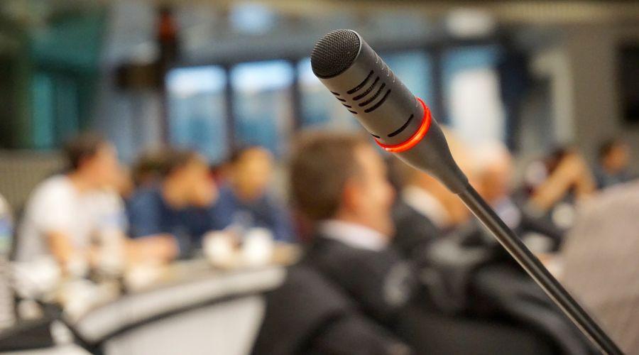 MIkrofon u konferencijskoj sali