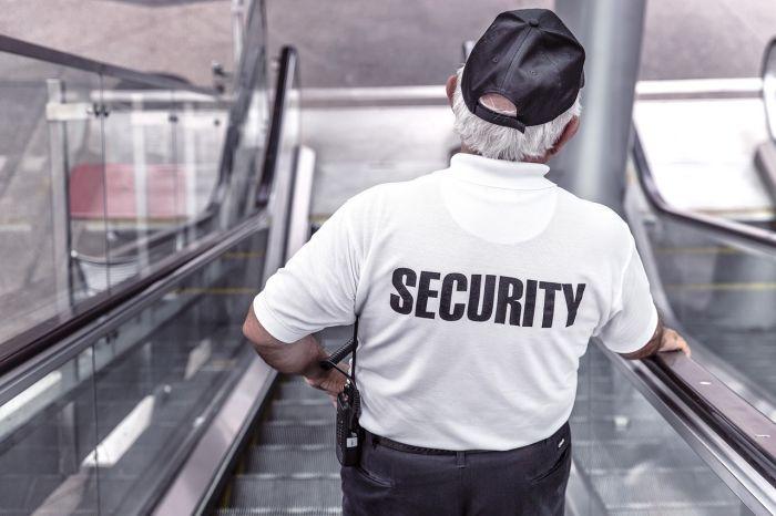Obezbeđenje u uniformi na stepenicama