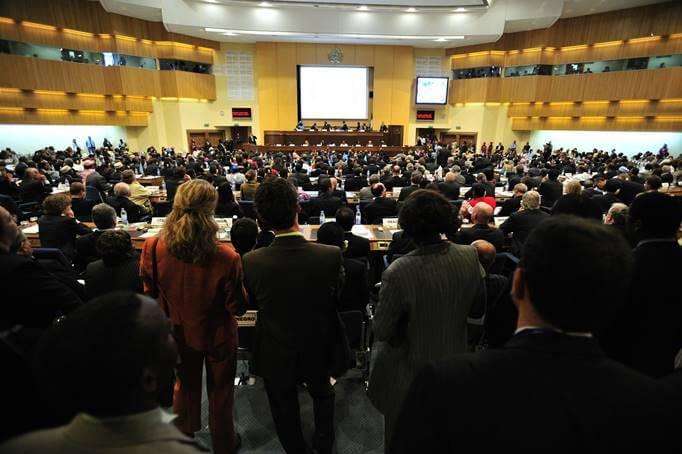 Mnogo ljudi na seminaru / konferenciji