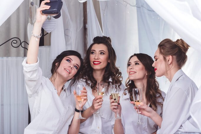 Devojke u beloj odeći se slikaju