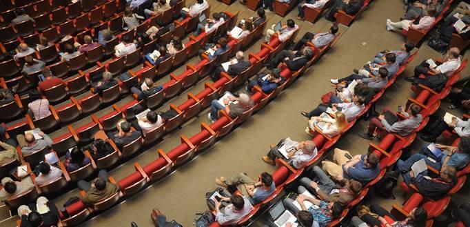 Velika konferencijska sala sa puno ljudi