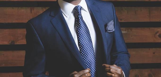 Muškarac u poslovnom teget odelu