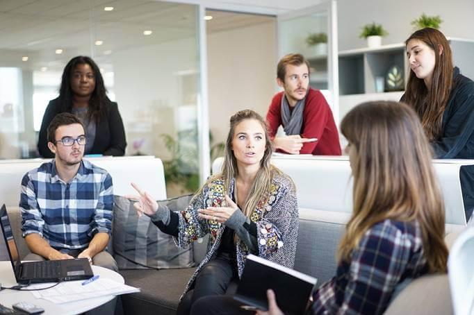 ljudi razgovaraju u kancelariji