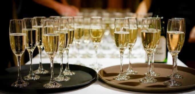 Čaše šamšanjca na stolu