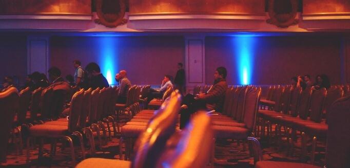 Ljudi koji sede na stolicama na konferenciji