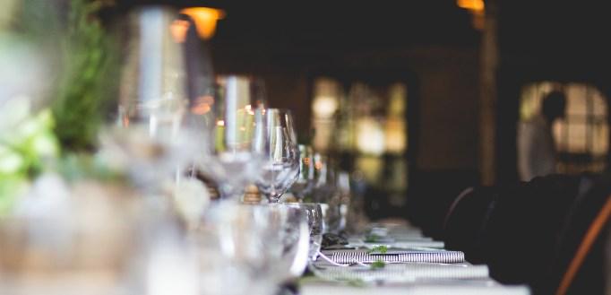 Vinske čaše na stolu u svečanoj sali