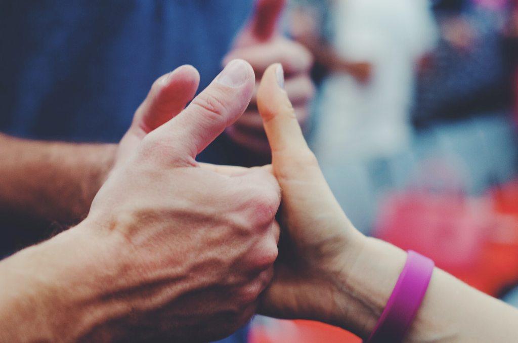 Igra palcima ruke muškarca i žene